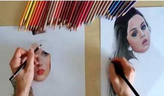 دونوں ہاتھوں سے مصورہ کا بیک وقت دو تصاویر بنانے کا مظاہرہ