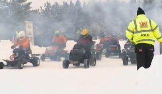 جھیل میں گھاس کاٹنے کی مشین پر سوار کھلاڑیوں کی ریس