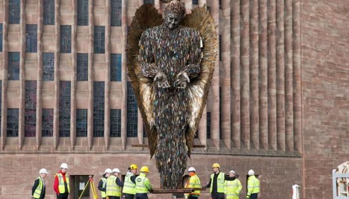 برطانیہ: لاکھوں چاقوؤں سے بنا مجسمہ چرچ کے باہر نصب