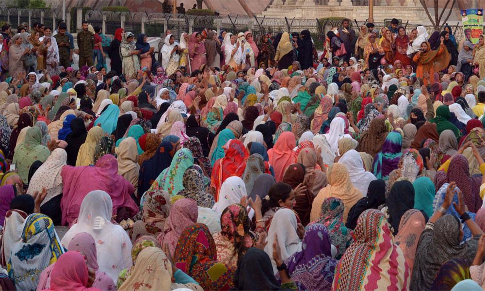 لاہور میں لیڈی ہیلتھ ورکرز نے دھرنا دے دیا