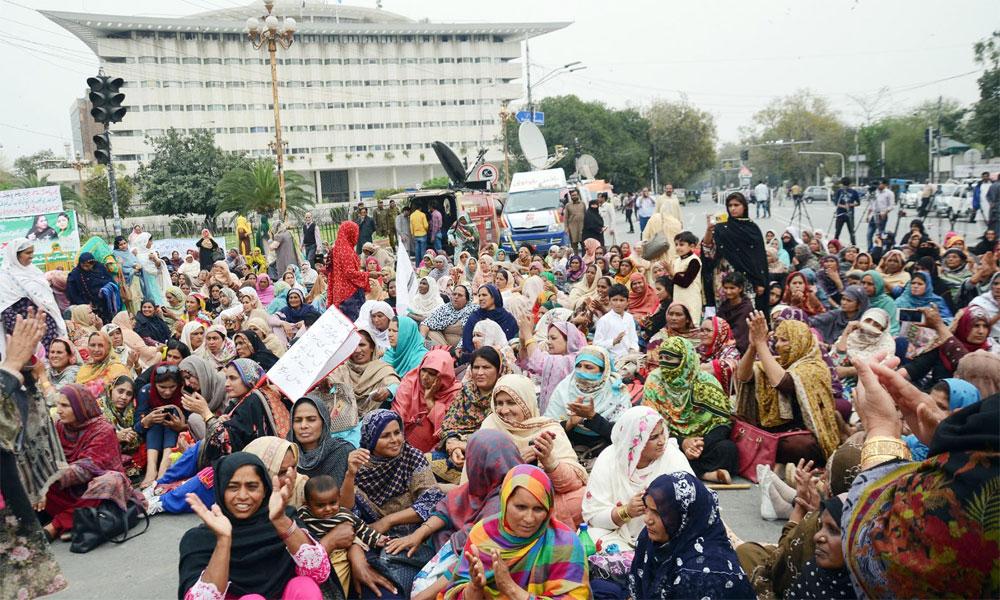 لاہور: لیڈی ہیلتھ ورکز کے دھرنے کا دوسرا دن
