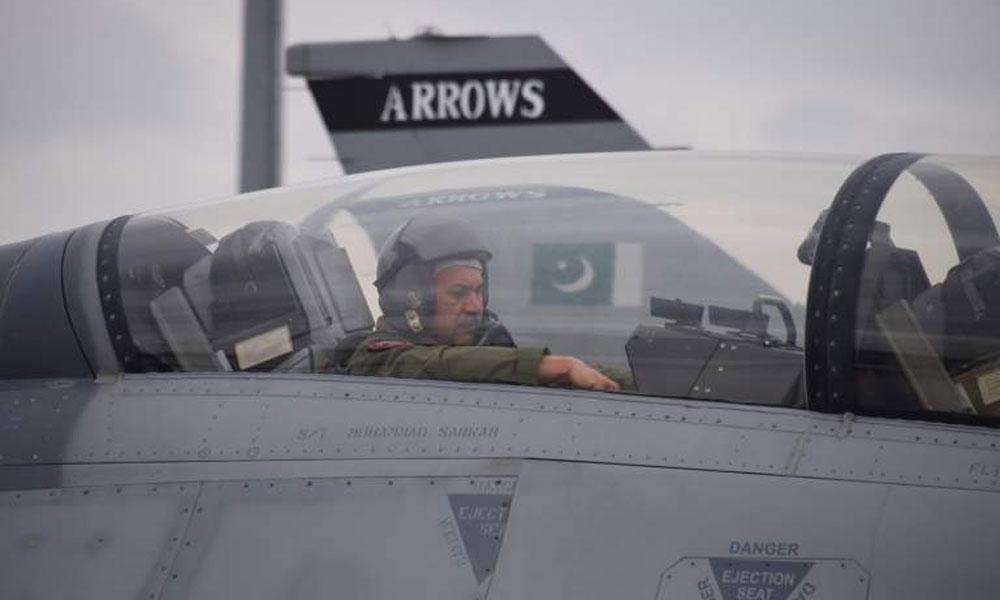 اسلام آباد کی فضاؤں سے پاک فضائیہ کے سربراہ کی ایف 16 پر سلامی