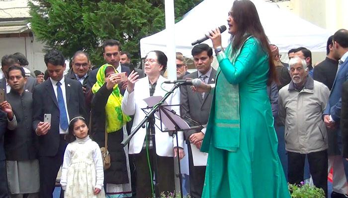 لندن: یوم پاکستان کی تقریب، سائرہ پیٹر نے ملی نغمے پیش کیے