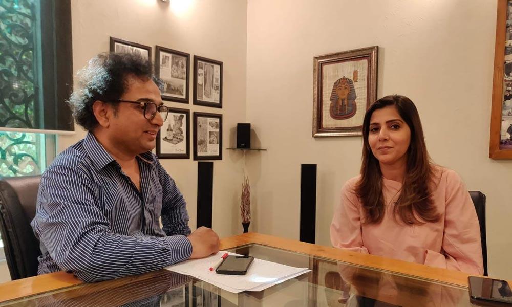 مہوش حیات کے ساتھ جو کچھ ہورہا ہے، بہت بُرا ہے، ڈراما نگار اسماء نبیل