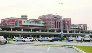Suspect Arrested With 84 Smart Phones At Lahore Airport