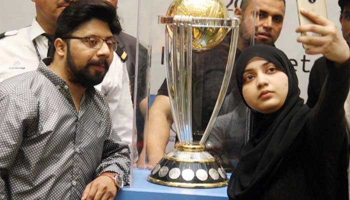 کراچی، ورلڈ کپ ٹرافی کی قومی ترانے کی گونج میں نمائش