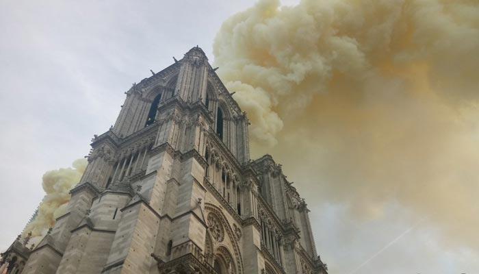 پیرس کے تاریخی نوٹرڈیم کیتھڈرل میں آگ بھڑک اٹھی
