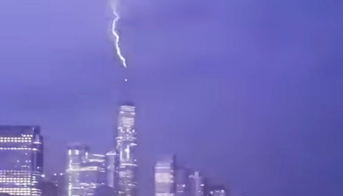 نیویارک:ورلڈ ٹریڈ سینٹر پر آسمانی بجلی کڑکنےکے انوکھے مناظر