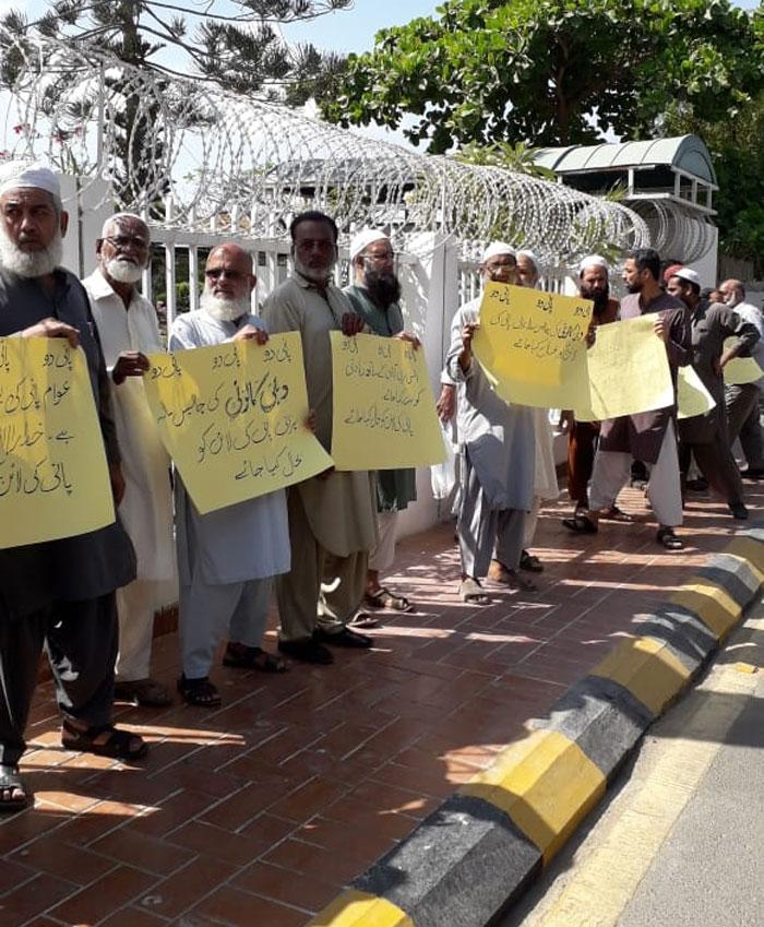 8 ماہ سے پانی کی عدم فراہمی، دہلی کالونی مکینوں کا احتجاج