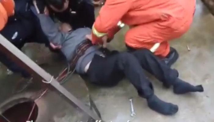 چین: 70سالہ شخص 10میٹر گہرے کنویں میں جا گرا
