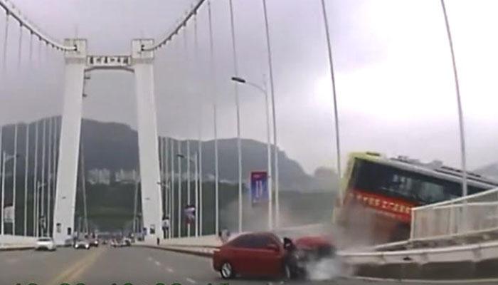 چین میں بے قابومسافر بس پُل سے نیچے جا گری