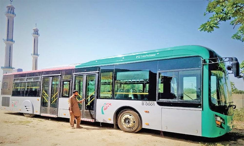 پشاور: بی آر ٹی کی بسوں میں خواتین کے پھسلنے کا خدشہ