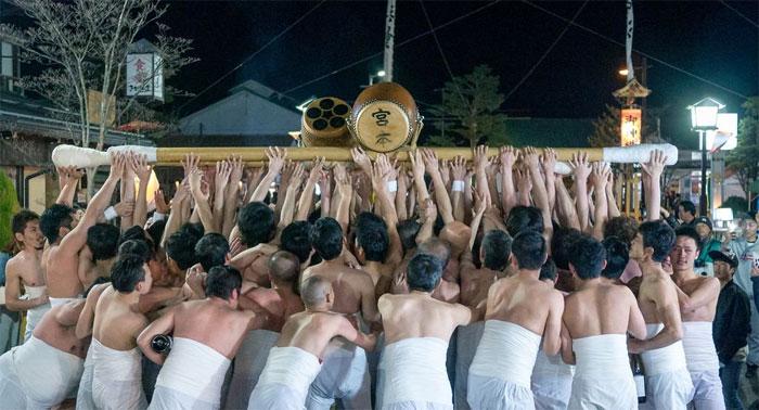 جاپان میں بانس پر چڑھ کر کرتب دکھانے کا قدیم سالانہ میلہ