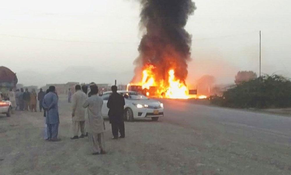 چمن: بس اور ڈیزل ٹینکر میں ٹکر، آگ سے کئی افراد جھلس گئے