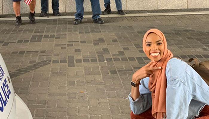 اسلام مخالفین کو امن کا پیغام دیتی لڑکی کی تصاویر وائر ل