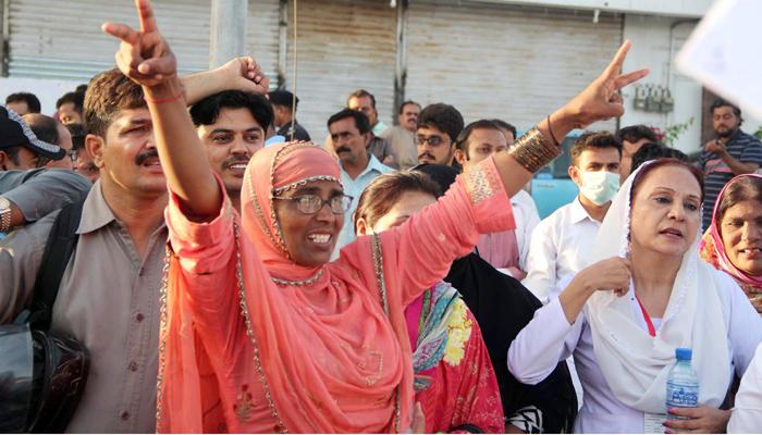 سندھ بھر کی نرسیں مطالبات کی منظوری کیلئے سڑکوں پر آگئیں