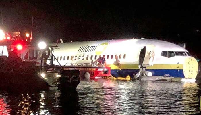 فلوریڈا،نجی ائرلائن کا طیارہ لینڈنگ کےدوران دریا میں جا گرا