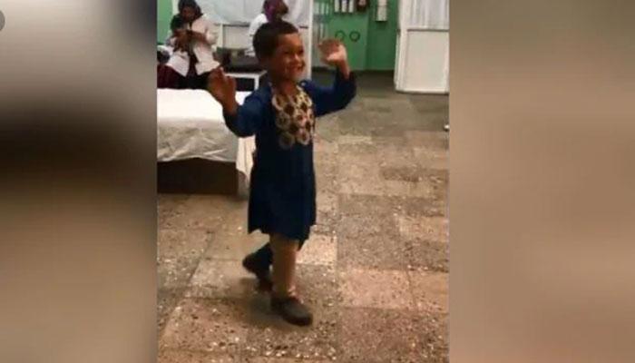 مصنوعی ٹانگ لگنے پرافغان بچے کا خوشی میں رقص