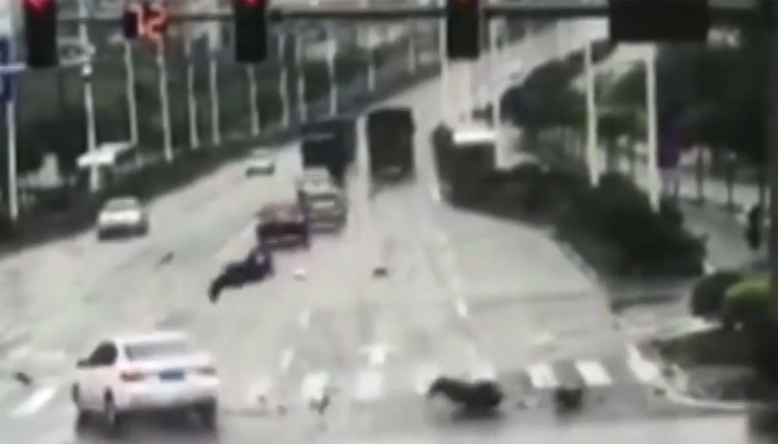 چین:خوفناک حادثہ،موٹر سائیکل سوار کی جان بچ گئی