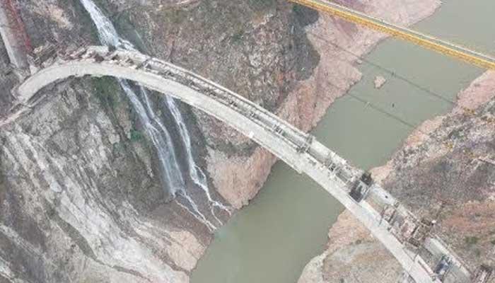 چین، دریا کے اوپرخطرناک اندازمیں ریلوے پُل کی تعمیر