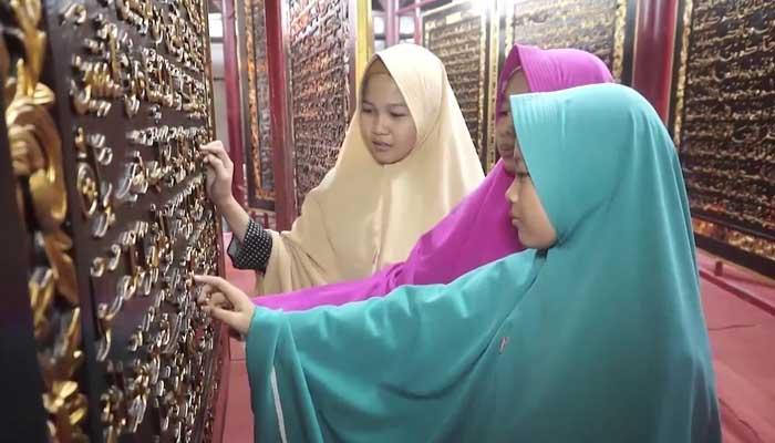 انڈونیشیا، لکڑی پرکندہ قرآن پاک کا نسخہ توجہ کا مرکز
