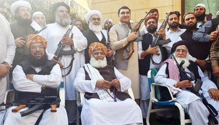 کارکنوں نے فضل الرحمٰن کی حفاظت کیلئے ہتھیار اٹھالیے