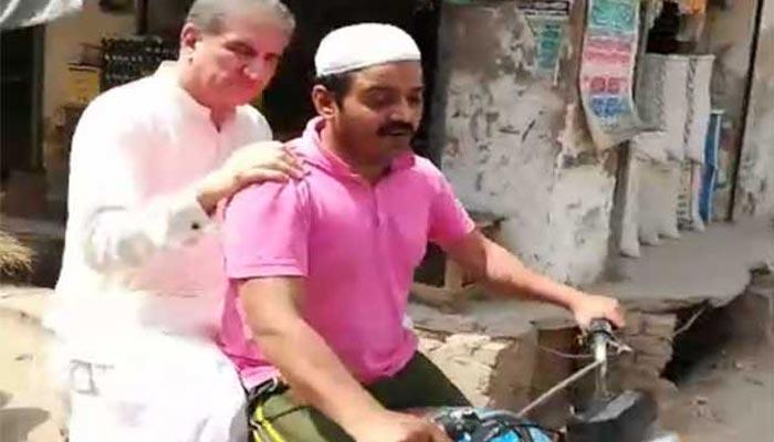 شاہ محمود کی موٹرسائیکل پرعوامی رابطہ مہم