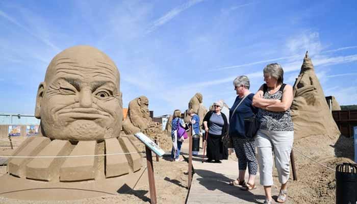 مختلف اشکال کے دیوہیکل مجسمے لوگوں کو توجہ کا مرکز