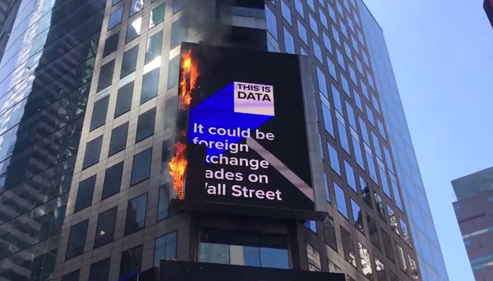 نیویارک کی عمارت پر لگے بل بورڈ میں آگ لگ گئی