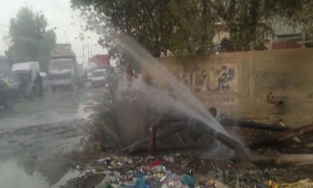 گلشن اقبال کراچی میں پانی کی 84 انچ قطر کی لائن پھٹ گئی
