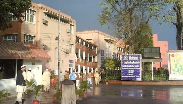 پشاور ، ڈاکٹرز کی ایک اسپتال میں 2 روز کیلئے ہڑتال ختم
