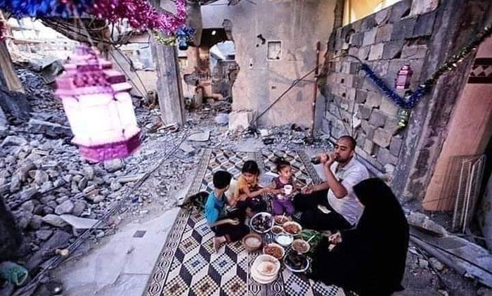 فلسطینی اپنے گھروں کے ملبے پر افطاری کرنے پر مجبور