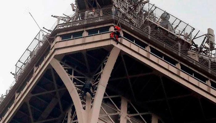 ایفل ٹاور پر نامعلوم شخص کے چڑھنے پر ٹاور خالی کرالیا گیا