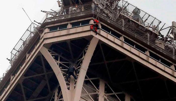 آئفل ٹاور پر چڑھ کر ہلچل مچانے والا زیر حراست