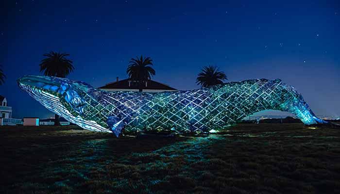 فنکاروں نے پلاسٹک سے دنیا کا سب سے بڑا بنا مجسمہ بنا ڈالا