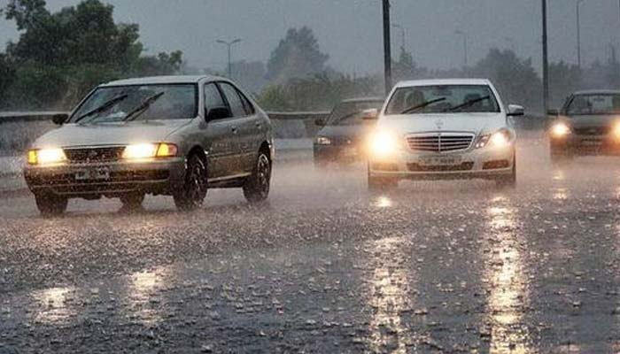 لاہور میں تیز ہوائیں اور بارش،کئی علاقوں میں بجلی غائب