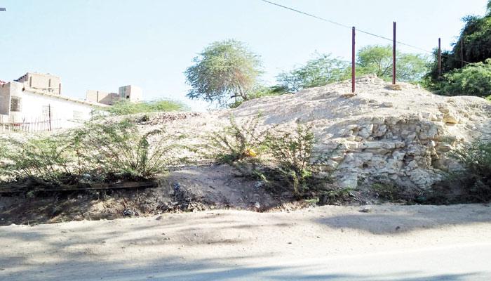 ''سکھر'' سنہری ٹکریوں پر آباد شہر ستین جو آستان اور بکھر قلعہ بھی انہی پر قائم ہے