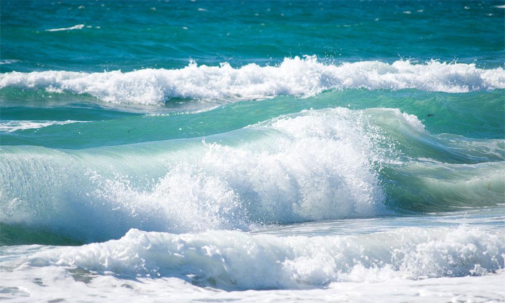سمندر میں طغیانی، کراچی کے کئی ساحلی گوٹھ زیرِ آب