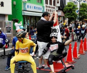 جاپان میں آفس چیئرز کی دلچسپ ریس