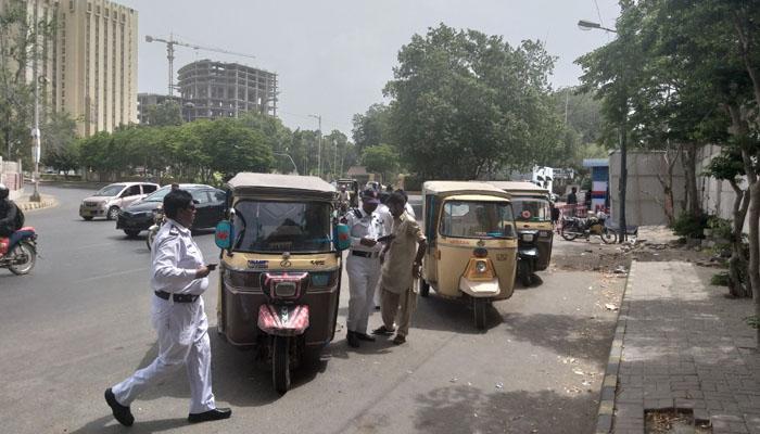 کراچی میں میٹر نہ رکھنے والے رکشوں کیخلاف کریک ڈاؤن