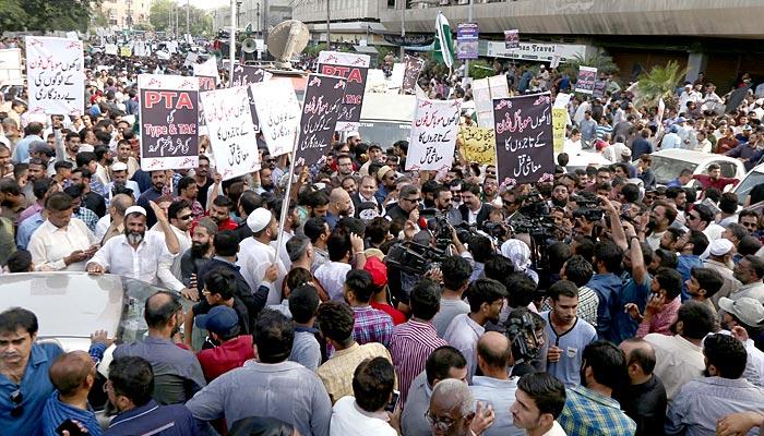 بجٹ کے خلاف کراچی کے تاجر سڑکوں پر نکل آئے