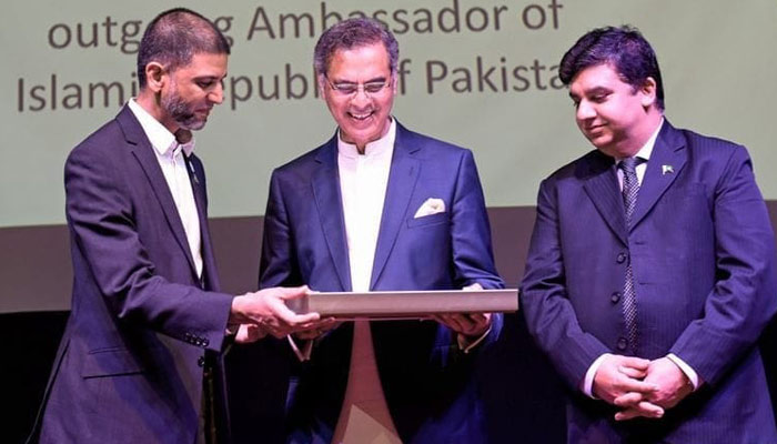 سفیر پاکستان معظم احمد خان کو یو اے ای کا اعلیٰ سفارتی ایوارڈ
