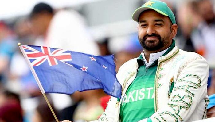 پاکستانی تماشائی کی نیوزی لینڈ کے پرچم کے ساتھ تصویر وائرل