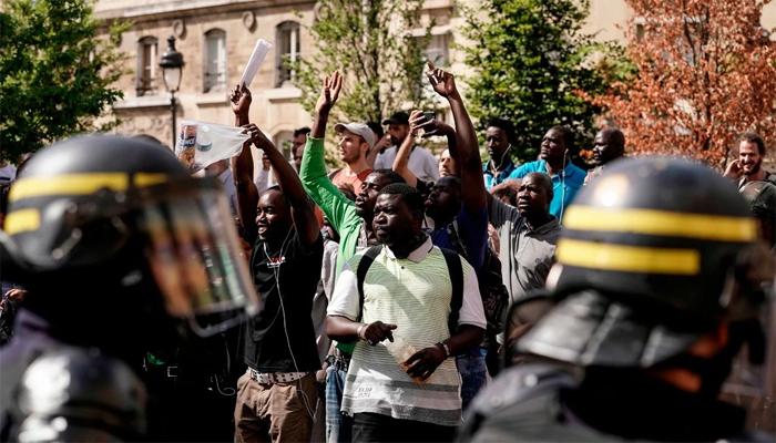 پیرس میں غیر قانونی طور پر مقیم افراد کا مظاہرہ