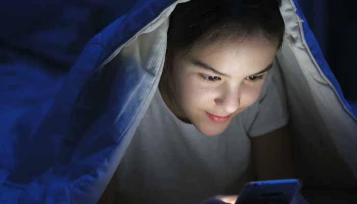 لیٹ کر موبائل فون کا استعمال انتہائی خطرناک