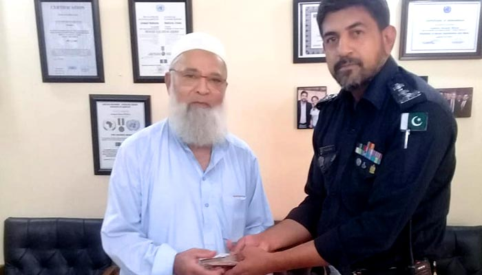 کراچی: پولیس نے گمشدہ قیمتی سامان تاجر کے حوالے کردیا