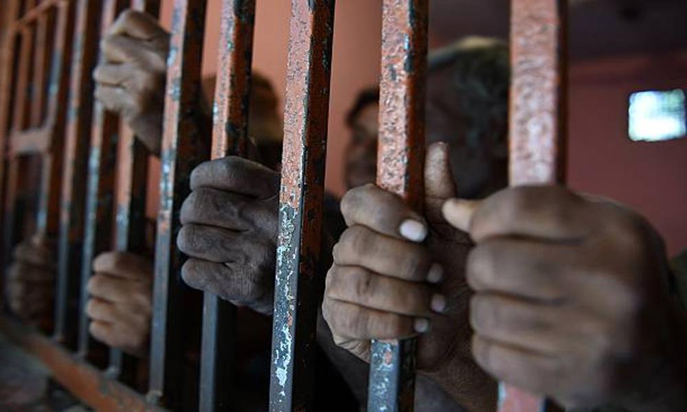 کراچی: پولیس مقابلوں اور کارروائیوں میں 9 ملزمان گرفتار