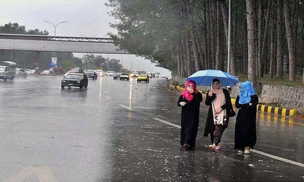 لاہور میں مسلسل بارش کے بعد دھوپ نکل آئی