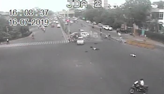 بھارت: بے قابو کار سگنل پر کھڑی گاڑیوں میں جاگھسی