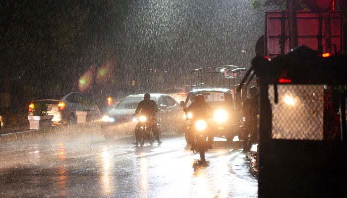 کراچی میں ہلکی بارش،متعددعلاقوں میں بجلی غائب
